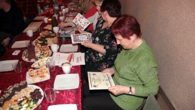 Zdjęcie przedstawia uczestników wydarzenia siedzących przy stole podczas wspólnego posiłku.