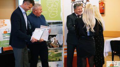 Na zdjęciu grantobiorca odbiera dyplom oraz podziękowania od członków Stowarzyszenia.
