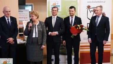 Zdjęcie przedstawia członków Stowarzyszenia podczas wystąpienia na gali. Przemawia prezes Stowarzyszenia.
