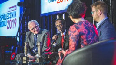 Zdjęcie przedstawia dziennikarkę i trzech laureatów Nagrody podczas rozmowy na scenie.