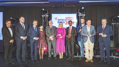 """Na zdjęciu widać laureatów konkursu o tytuł """"Społecznika Roku 2019"""", pozujących do zdjęcia na scenie."""