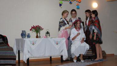 Zdjęcie ukazuje nastolatki podczas tradycyjnego święta.