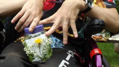 Zdjęcie przedstawia zbliżenie na dłonie osoby podczas tworzenia pracy artystycznej