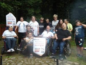 """Zdjęcie przedstawia grupę osób pozujących dozdjęcia itrzymających plakaty """"Działaj Lokalnie"""""""