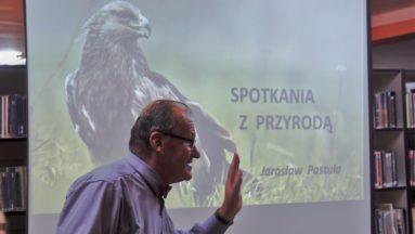 Na zdjęciu widać prelegenta na tle prezentacji na której znajduje się napis: Spotkania z przyrodą