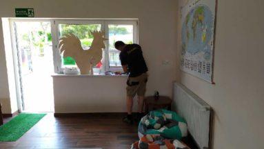 Zdjęcie przedstawia osobę pracującą nad montażem internetu w budynku świetlicy.