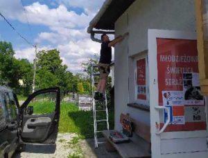 Na zdjęciu widać osoby pracujące nazewnątrz budynku świetlicy.
