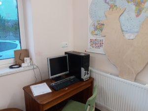 Zdjęcie przedstawia komputer zamontowany wświetlicy.