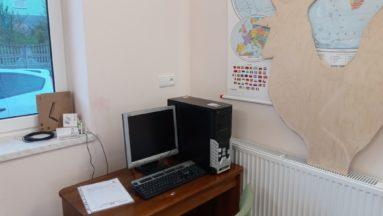 Zdjęcie przedstawia komputer zamontowany w świetlicy.