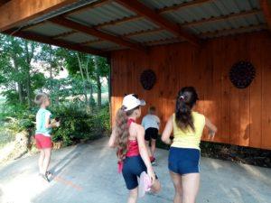 Dzieci grają wdarta podwiatą wparku