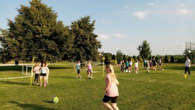 Dzieci grające w piłkę nożną w plenerze