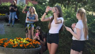 Grupa młodzieży robi zdjęcia telefonami komórkowymi