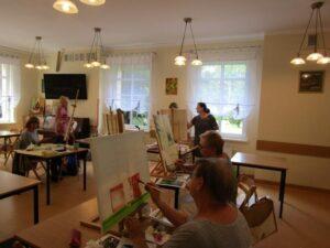 Seniorzy malują obrazy