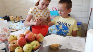 Dwoje dzieci przygotowuje ciasto