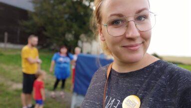Zdjęcie przedstawia uśmiechniętą młodą kobietę