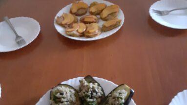 Różne potrawy rozłożone na stole