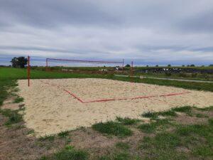 Zdjęcie przedstawia puste boisko