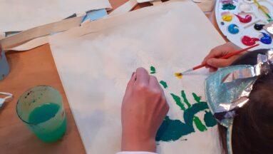 Osoba maluje na torbie