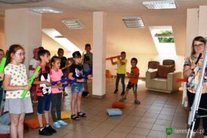 Zdjęcie przedstawia grupę dzieci podczas warsztatów