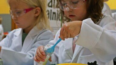 Dzieci pracują nad stworzeniem mydła