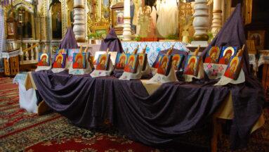 Ikony postawione na stole w cerkwi