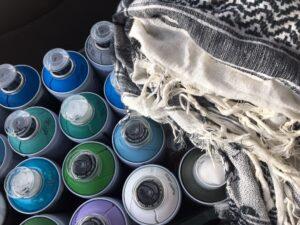 Zdjęcie przedstawia puszki zfarbą wsprayu wróżnych kolorach.