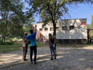 Grupa osób porządkuje przestrzeń parku