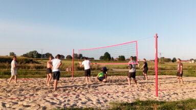 Na zdjęciu widać osoby grające w siatkówkę
