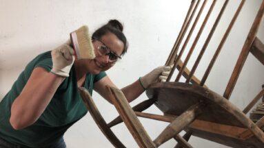 Kobieta odnawia krzesło