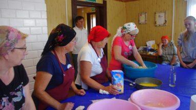 Seniorki wyrabiają ciasto na pączki