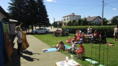 Grupa dzieci podczas zajęć w plenerze