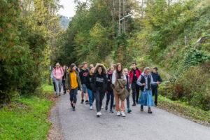 Grupa osób podczas wycieczki