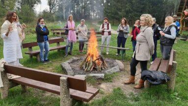 Grupa osób przy ognisku