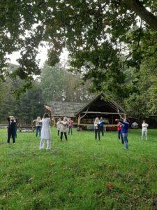Grupa osób wspólnie ćwiczy napolanie
