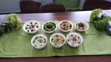 Zdjęcie przedstawia miski z sałatkami