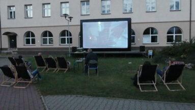Na zdjęciu widać kino w plenerze