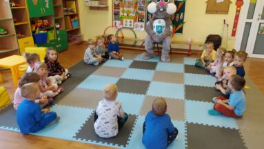 Kicak w nowym futerku w grupie przedszkolaków