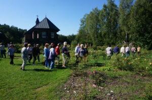 Grupa osób podczas zwiedzania ogrodu botanicznego