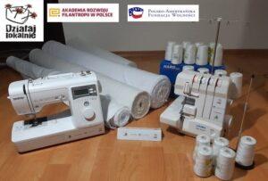 Maszyny imateriały doakcji leżące nablacie stołu