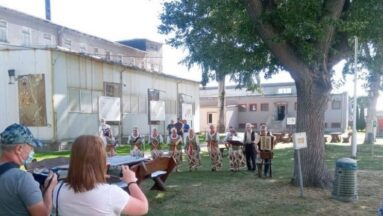 Zespół Szklarki w odległości gra koncert w ogrodzie