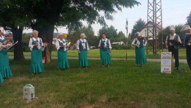 Zespół Szklarki stojący w ogrodzie