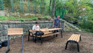 obył się montaż drewnianych ławek przypunkcie widokowym