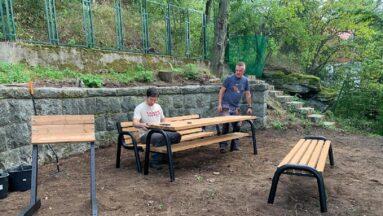 obył się montaż drewnianych ławek przy punkcie widokowym