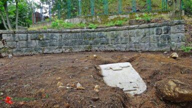 w trakcie rewitalizacji odkryto pomnik leżący w ziemi