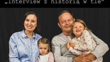 Rodzina z córeczkami biorący udział w projekcie