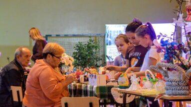 Dzieci przy stoliku podczas warsztatów